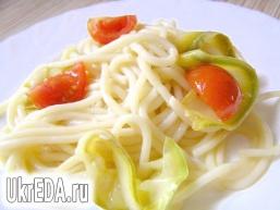 Спагетті з цукіні і черрі