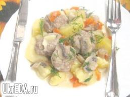 Тефтелі з картоплею та грибами в сметанному соусі