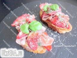 Теплі тости з полуницею і сухий шинкою