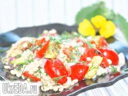 Тeплий салат з перловки з овочами.