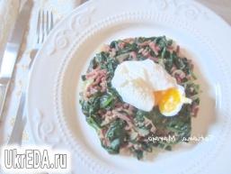 Теплий салат зі шпинату з беконом і яйцем пашот