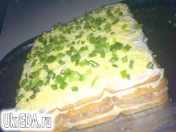 Торт-салат з крекерами і тунцем
