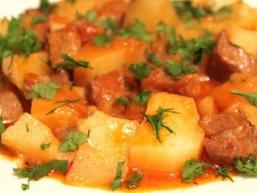 Тушкована картопля з м'ясом - блюдо, яке приготує навіть починаюча господиня