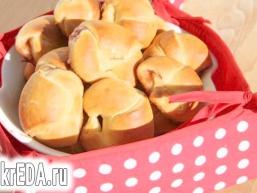Сирно-дріжджове тісто на сироватці і солодкі рогалики з джемом