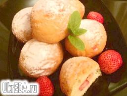 Сирні пончики з полуницею.