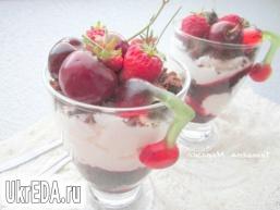 Вишневий десерт зі збитими вершками