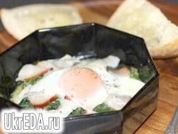 Запечене яйце зі шпинатом і шинкою