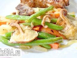 Зелена квасоля з грибами і морквою