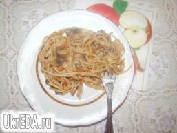 Спагетті з грибами і помідорами