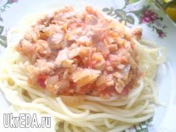 Спагетті з соусом з горбуші
