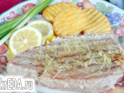 Стейки тунця з лимонним маслом і чорним перцем