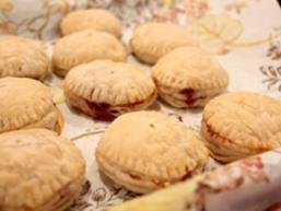 Пиріжки з дріжджового листкового тіста з варенням і горіхами