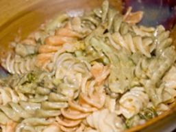 Кольорові макарони в сирному соусі