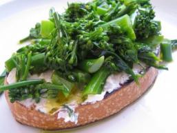 Хліб з бринзою і зеленню