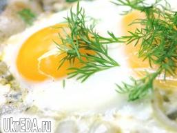 Яєчня з цибулею і салом