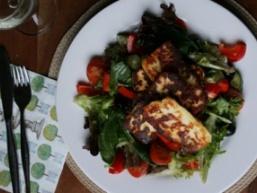 Салат зі смаженою халлумі