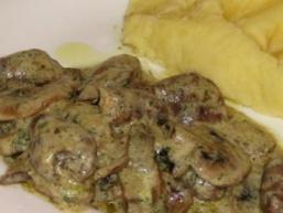 Свинина з грибами в сметанному-винному соусі