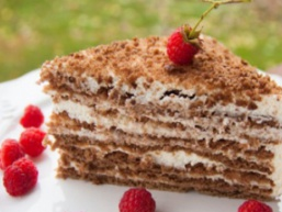 Торт «Медовик» зі сметанним кремом
